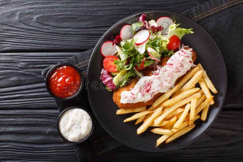 Fisk, i att panera med en sidomatr?tt av franska sm?fiskar och den nya salladn?rbilden horisontalb?sta sikt arkivfoton