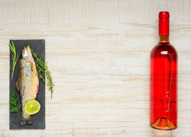 Fisk och vin med kopieringsutrymme royaltyfria foton