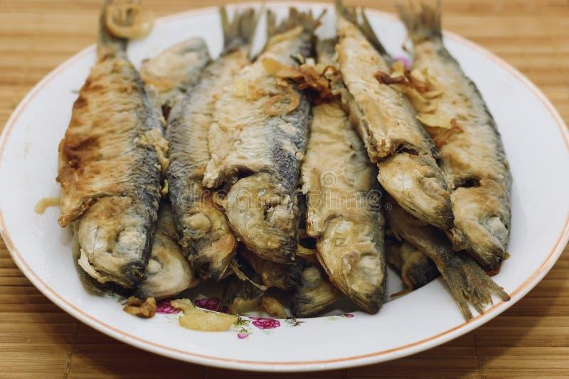 fisk stekt platta royaltyfria bilder