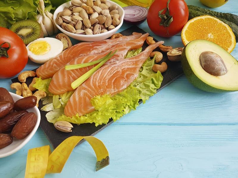 Fiska avokadot för omega 3 för cmet för föda för citronen för laxsallad den vård- på sund mat för blå träbakgrund royaltyfri foto