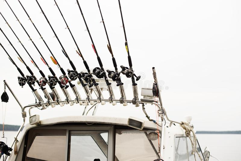 Fiska det fiska med drag i fartyget på en skogsjö, kopplade från natursemestern royaltyfria foton