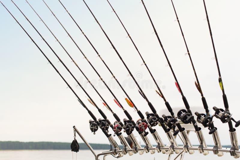 Fiska det fiska med drag i fartyget på en skogsjö, kopplade från natursemestern arkivbilder