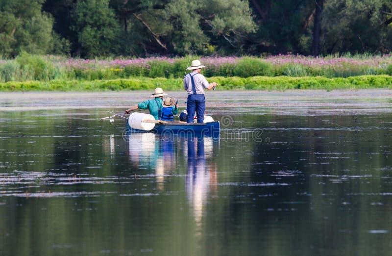 Fiska för Amish män arkivfoton