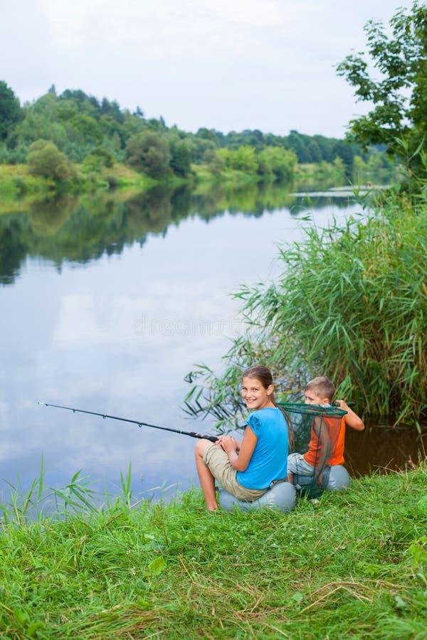 Fiska för ungar arkivfoton
