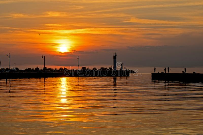 Fiska från Pier At Sunrise In Bronte, Ontario, Kanada arkivbilder