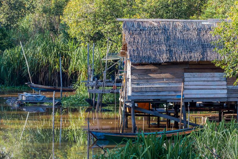 Fiska hus i den Borneo floden fotografering för bildbyråer