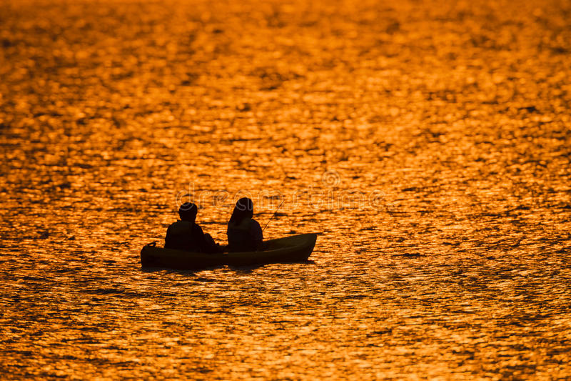 Fiska kanoten Dawn Colors royaltyfria bilder