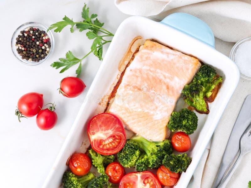 Fiska laxen som bakas i ugn med grönsaker, broccoli Sunt banta mat, den vita marmorbakgrunden, den bästa sikten, närbild arkivfoton