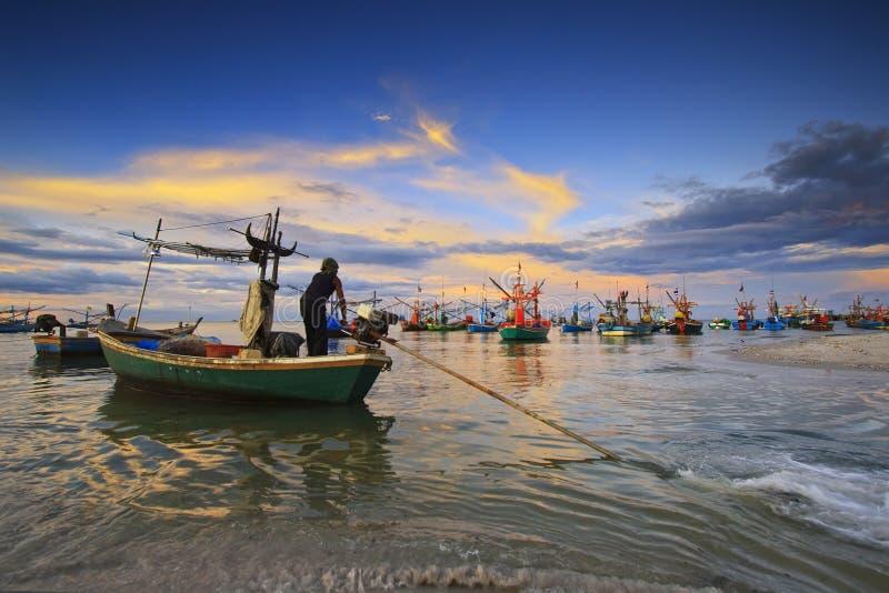 fiska med drag i för fartygfiske royaltyfri fotografi