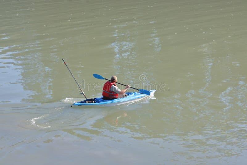 Fiska med en kajak royaltyfri bild