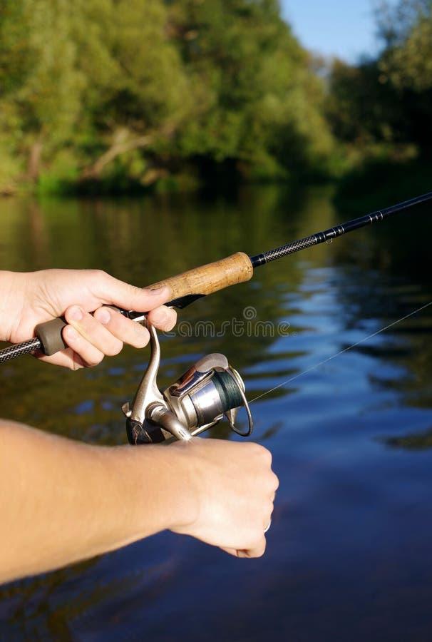 Fiska med en snurr på floden royaltyfria foton