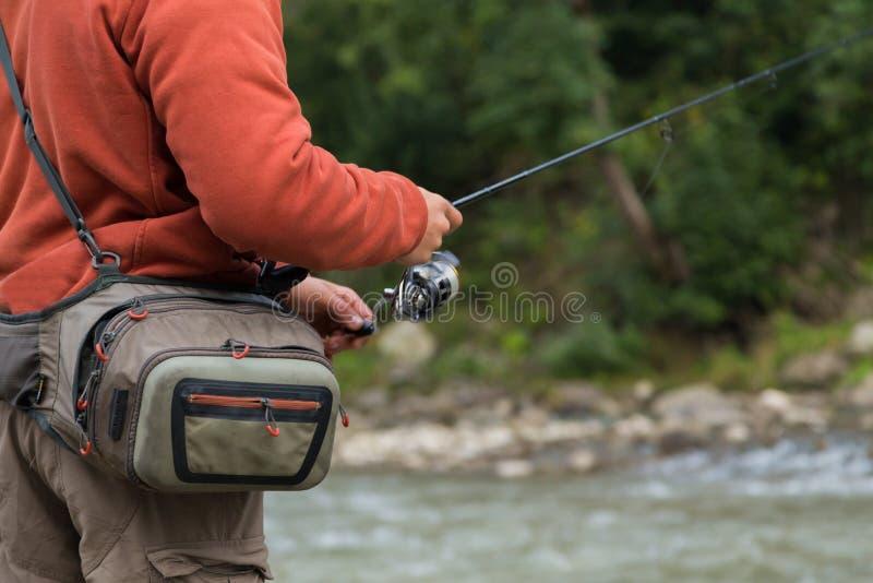 Fiska på bergfloden arkivfoto