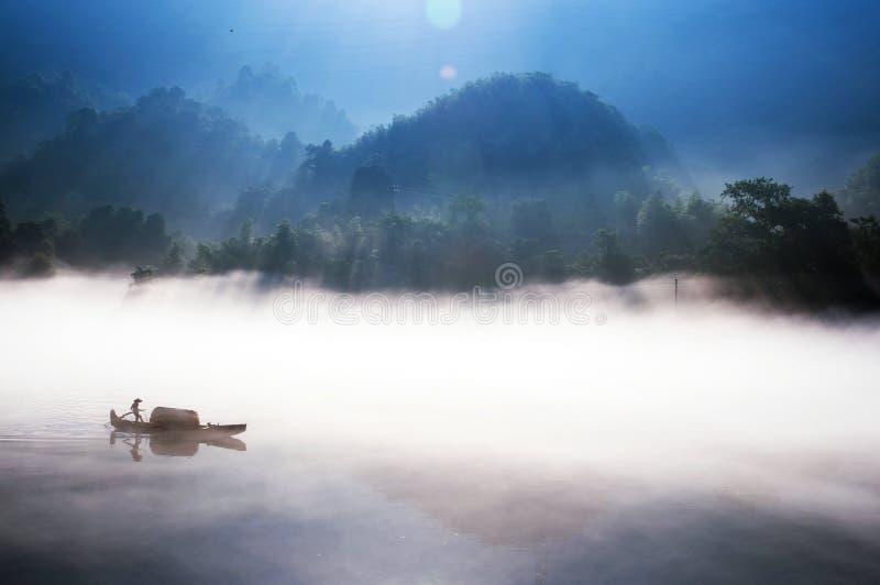 Fiska på Dongjiang sjön royaltyfria bilder