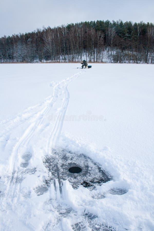 Fiska på en djupfryst sjö i vinter royaltyfria foton