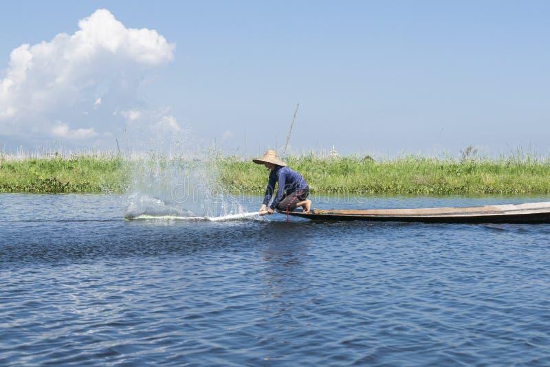 Fiska på Inle sjön, Myanmar. arkivbilder