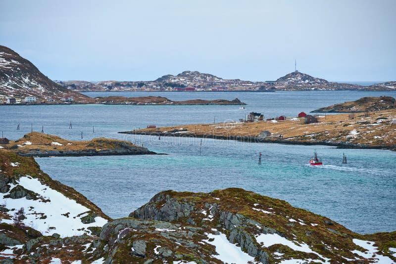 Fiska skeppet i fjorden i Norge arkivbilder