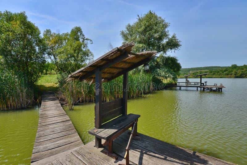 Fiska ställen på sjön från den Hanul Pescarilor restaurangen i Oradea arkivfoton