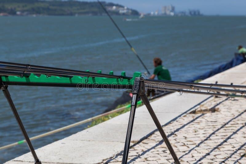 Fiska ställningen med att meta stänger på promenad arkivbild