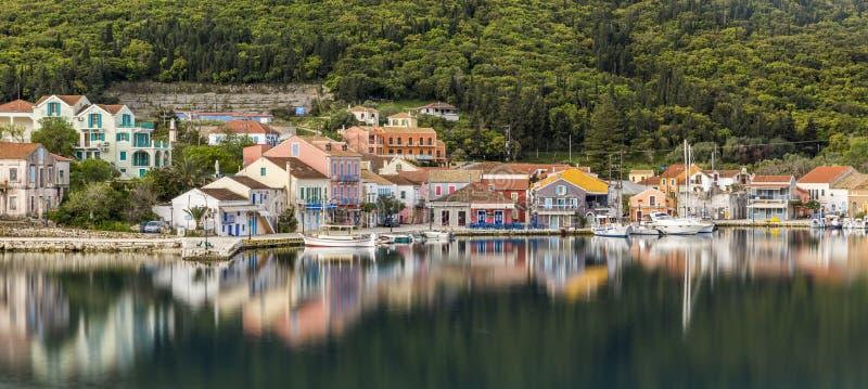 FISKARDO, GRIECHENLAND - 5. APRIL 2018: Fiskardo-Fischerdorf und eine Gemeinschaft auf der ionischen Insel von Kefalonia stockbilder