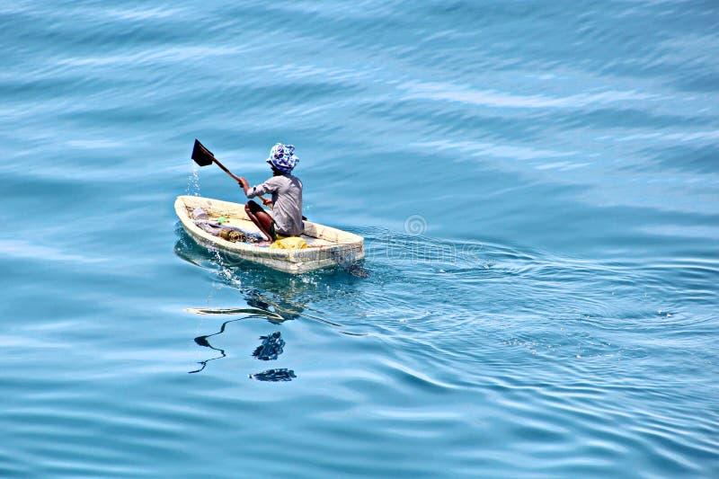Fiskare är förlovade i fiske på improviserade sväva flottar i porten av Tuticorin, Indien arkivfoton