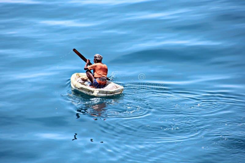 Fiskare är förlovade i fiske på improviserade sväva flottar i porten av Tuticorin, Indien royaltyfri fotografi