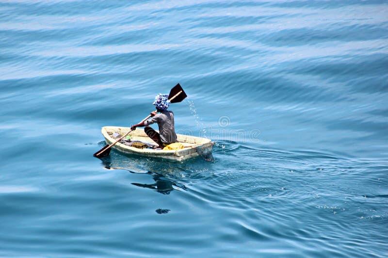 Fiskare är förlovade i fiske på improviserade sväva flottar i porten av Tuticorin, Indien royaltyfri foto