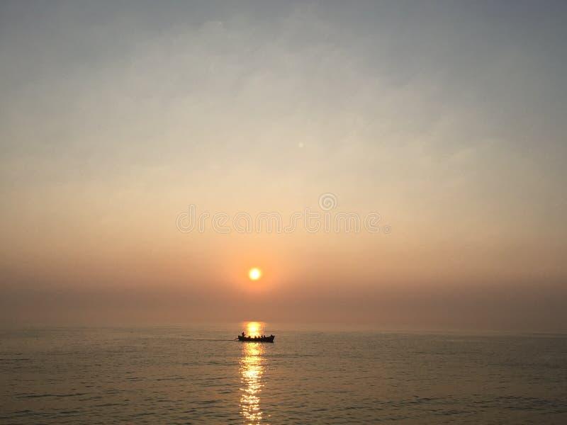 Fiskare av Blacket Sea i soluppgången arkivbild