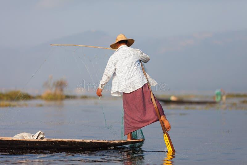 Fiskare av Inle sjöfiske royaltyfria bilder