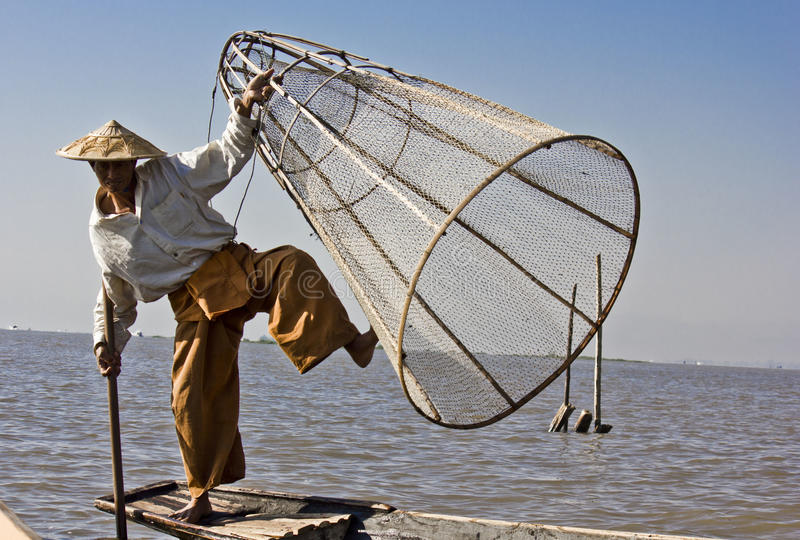 Fiskare/Equilibrist på Inle sjön fotografering för bildbyråer