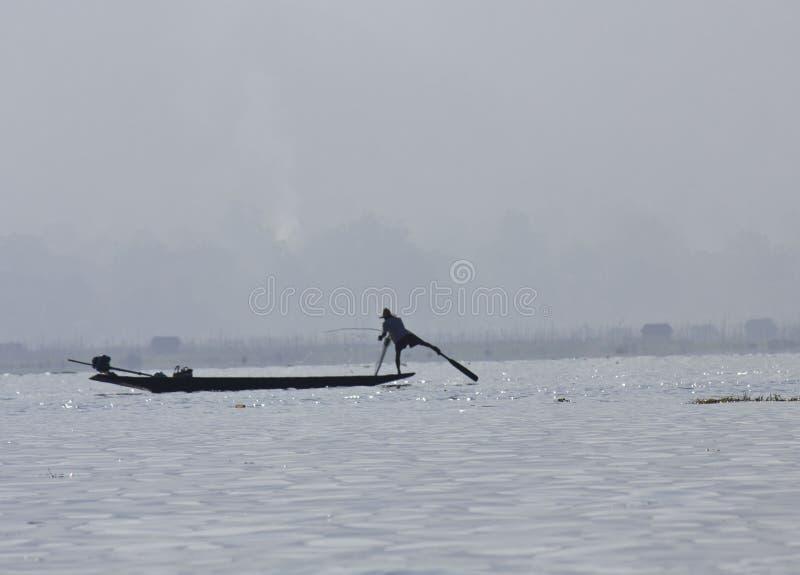 Fiskare/Equilibrist på Inle sjön royaltyfri foto