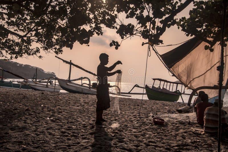 fiskare förtjänar att förbereda sig fotografering för bildbyråer