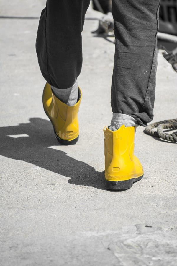 Fiskare i gula gummikängor royaltyfria foton