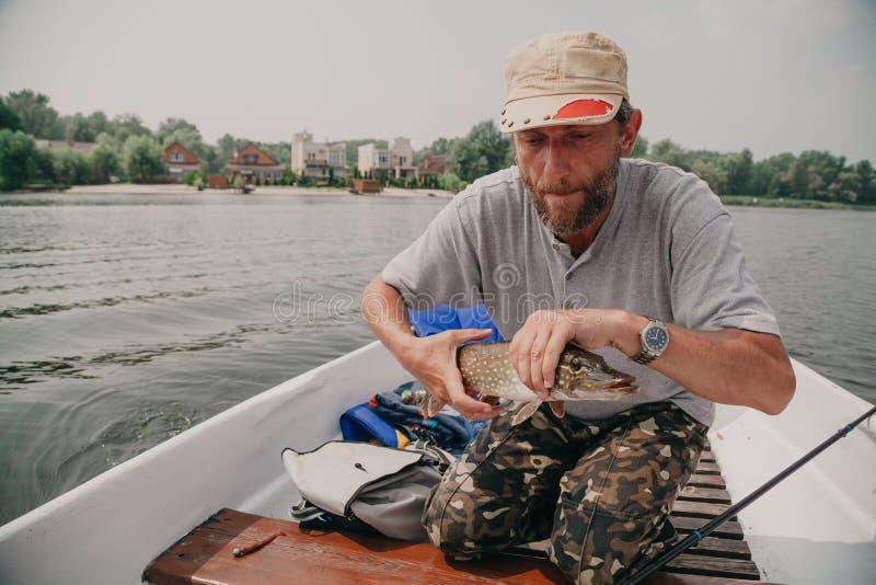 Fiskare i h?llande pik f?r fartyg royaltyfri foto