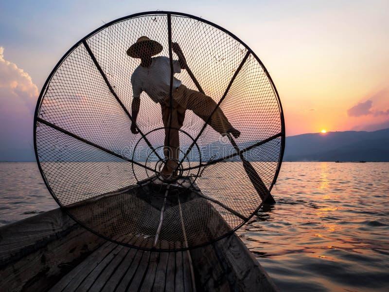 Fiskare i Inle sjön på solnedgången, Inle, Shan State, Myanmar royaltyfri foto