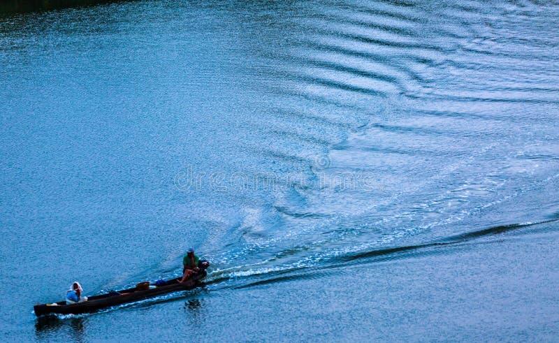 Fiskare i kajak fotografering för bildbyråer