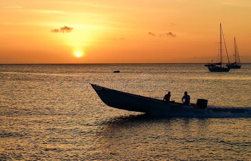 Fiskare i Trinidad och Tobago på solnedgången arkivbild