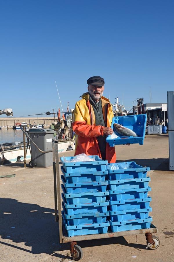 Fiskare med en fiskask inom royaltyfri bild