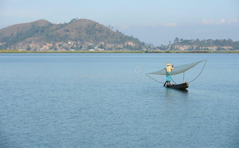 Fiskare med netto på loktaksjön fotografering för bildbyråer