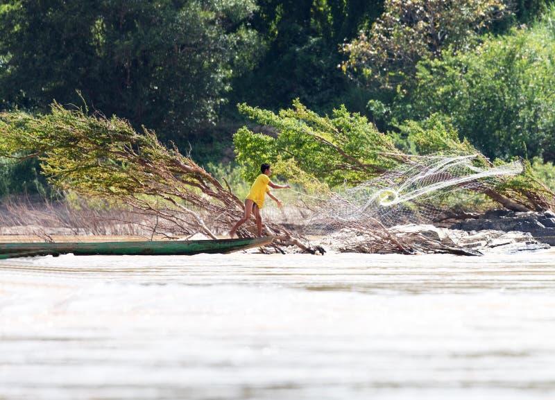 Fiskare med netto på Mekong royaltyfri bild
