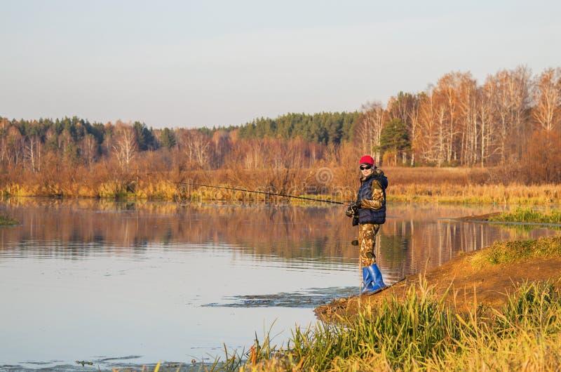 Fiskare med snurrstången royaltyfri foto