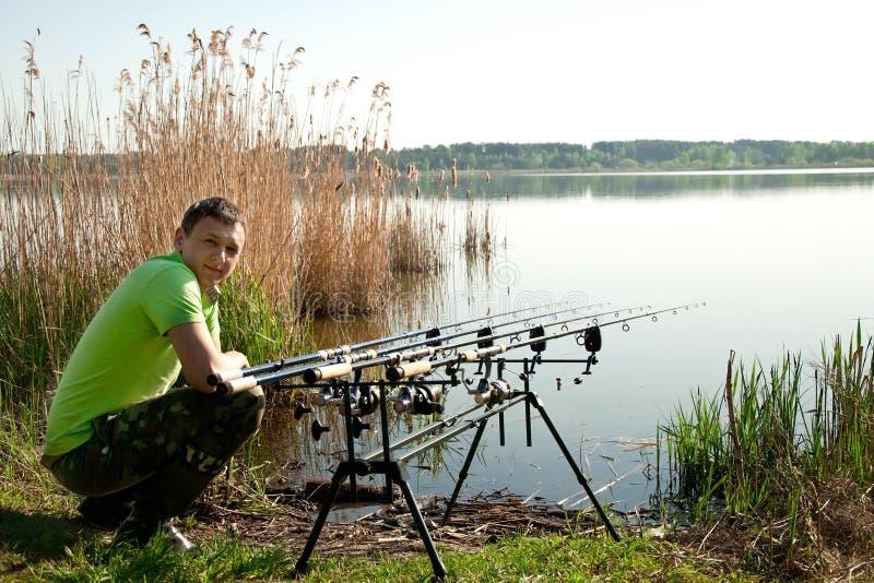 Fiskare nära laken royaltyfri bild