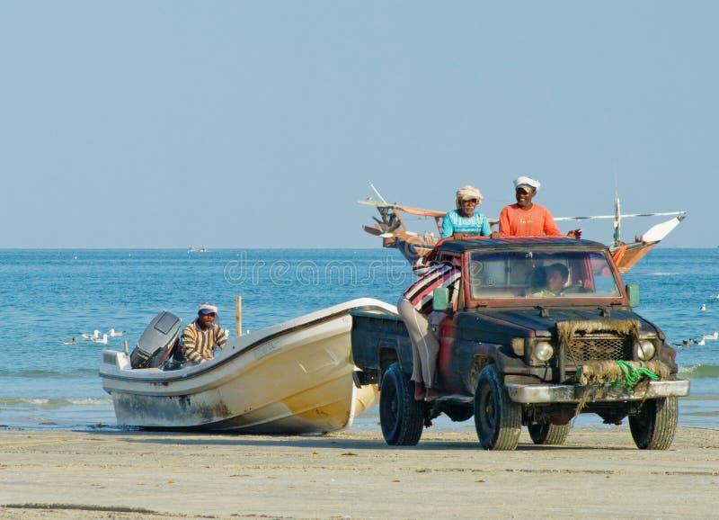 Fiskare, når att ha fiskat i Al Khaluf, Oman royaltyfri fotografi