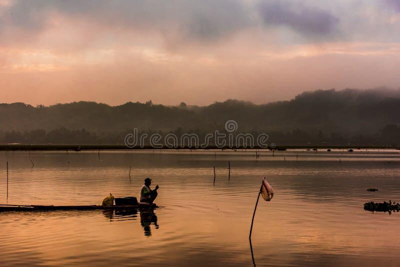 Fiskare på bambuflotten arkivfoton