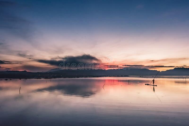 Fiskare på bambuflotten fotografering för bildbyråer