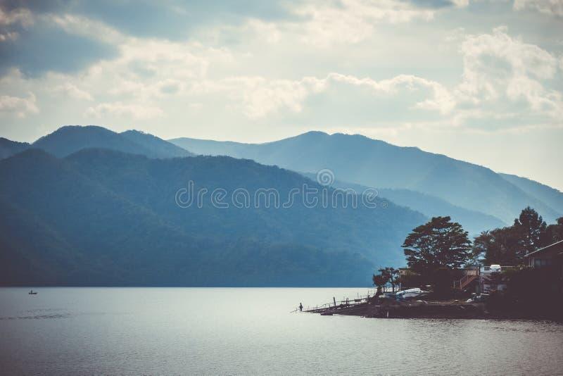 Fiskare på Chuzenji sjön, Nikko, Japan arkivfoto