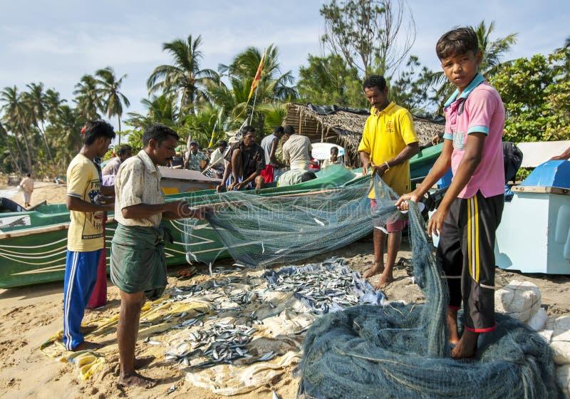 Fiskare på den Arugam fjärden arkivbilder