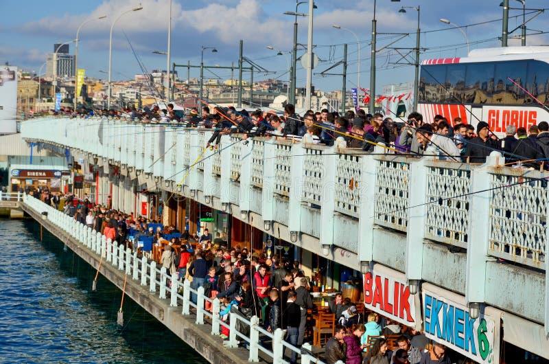 Fiskare på den Galata bron arkivbilder