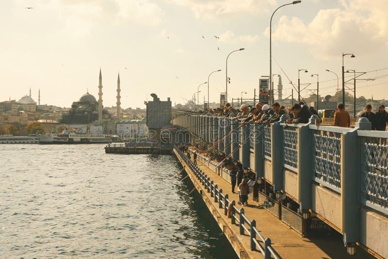Fiskare på den Galata bron i Istanbul arkivbilder