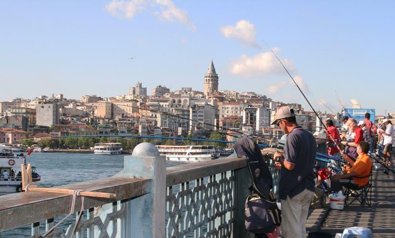 Fiskare på den Galata bron, Istanbul arkivfoton