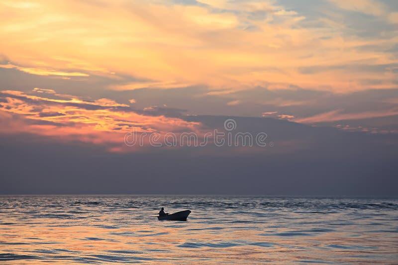 Fiskare på hans motorbåtretur hem med hans lås arkivbilder